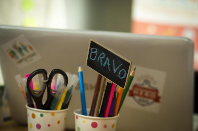 Pot à crayon encourageant sur le bureau de Yael Dahan