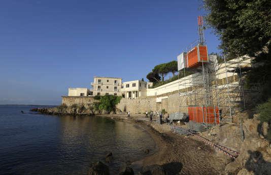 Un ascenseur installé sur la plage de la Mirandole, à Vallauris-Golfe Juan, le 24juillet.