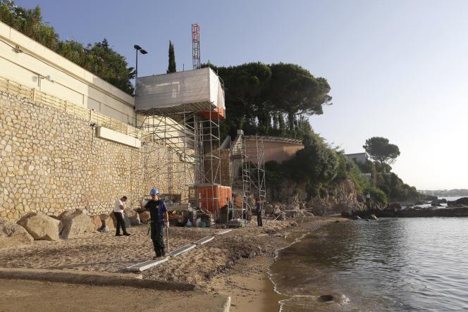 Les travaux pour l'installation d'un ascenseur sur la plage ont été engagés prématurément mais finalement autorisés par la préfecture.