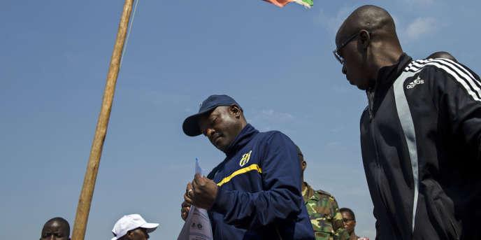 Le président burundais Pierre Nkurunziza vote lors de la présidentielle à laquelle il est candidat pour un troisième mandat consécutif, le 21 juillet.
