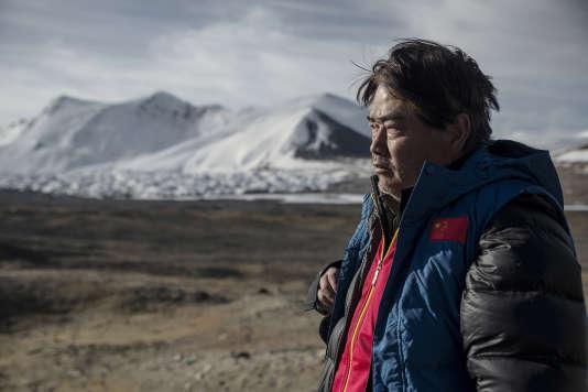 Le géologue, explorateur et défenseur de l'environnement Yang Yong au pied du glacier de Jianggendiru.