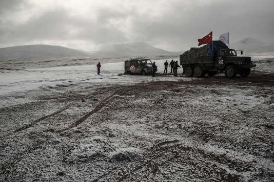 Le convoi de l'expédition traverse une rivière gelée.