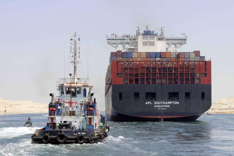 Un porte-conteneurs traverse le nouveau canal de Suez, le 25 juillet 2015.