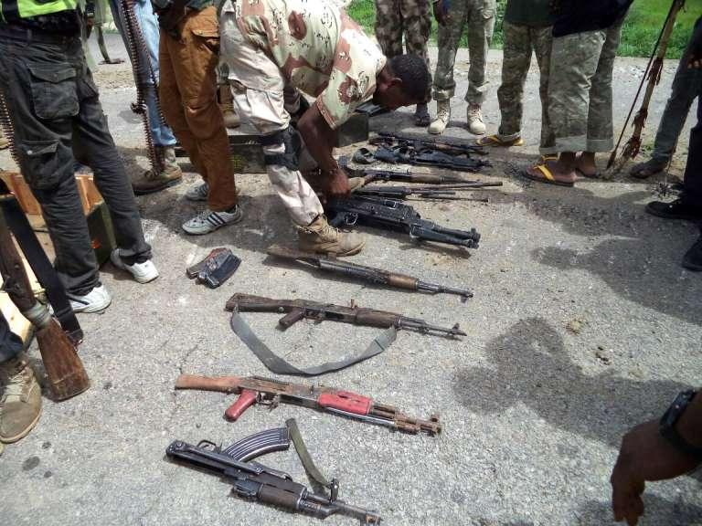 Photo diffusée par l'armée nigériane et montrant des armes saisies à des combattants du groupe islamiste Boko Haram tués par des soldats à Dikwa, dans le nord-est du Nigeria.