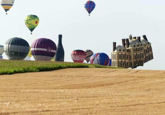 """Quelques-unes des 433 montgolfières qui se sont élancées dimanche 26 juillet de Chambley pour le rassemblement """"Lorraine Mondial Air Ballons""""."""