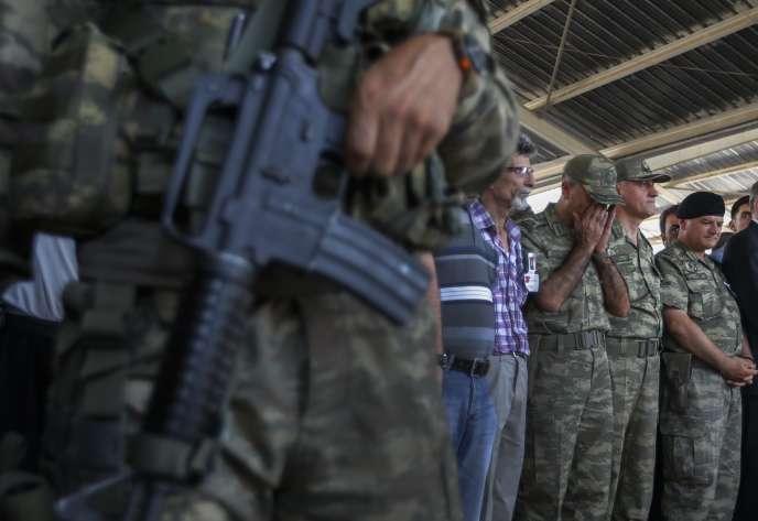 Le mouvement kurde a revendiqué mercredi l'assassinat de deux policiers dans la ville de Ceylanpinar (Sud-Est), à la frontière avec la Syrie, en représailles à l'attentat-suicide de Suruç (Sud).