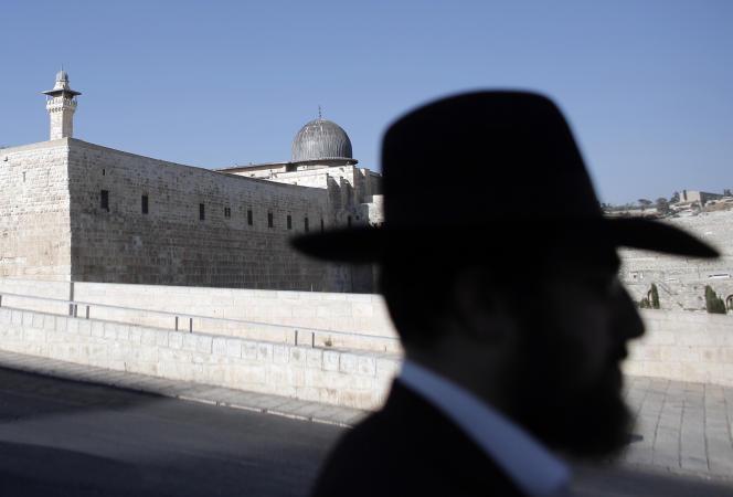 L'esplanade des Mosquées, que les juifs appellent «le mont du Temple» et considèrent comme leur premier lieu saint, est régie par un statu quo hérité du conflit de 1967 qui veut que, si juifs et musulmans peuvent se rendre sur le site sacré qui surplombe l'ultratouristique vieille ville de Jérusalem, les juifs n'ont pas le droit d'y prier.
