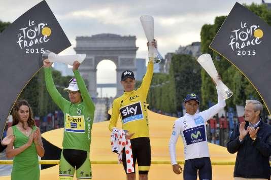Le maillot jaune Christopher Froome, entouré du maillot vert Peter Sagan et du maillot blanc Nairo Quintana, sur le podium du Tour de France 2015.