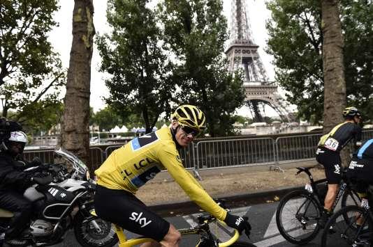 Christopher Froome lors des derniers kilomètres du Tour de France 2015 à Paris le 26 juillet 2015.