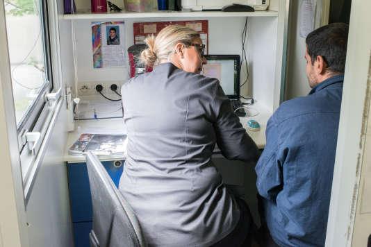 L'équipe conseille les patients dans les démarches administratives nécessaires pour obtenir une couverture sociale adaptée.