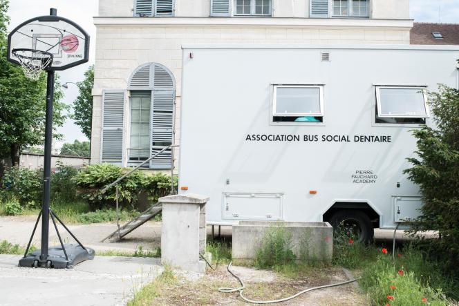 Le Bus social dentaire stationne dans la cour de l'accueil de jour du Samu social de Paris, où il assure plusieurs vacations hebdomadaires.