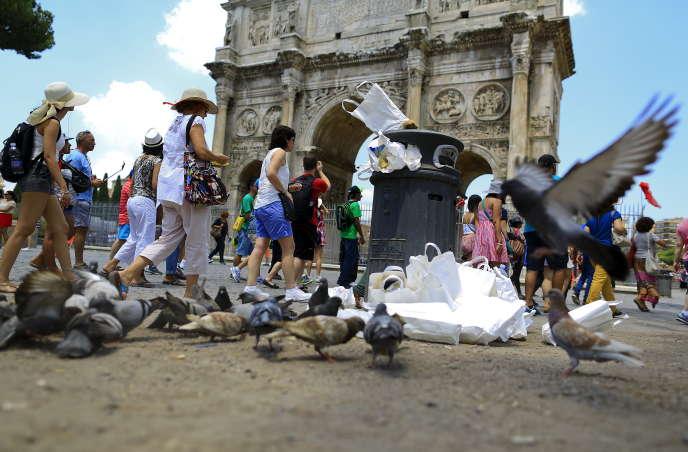 Devant l'Arc de Constantin à Rome, le 12 juillet 2015.