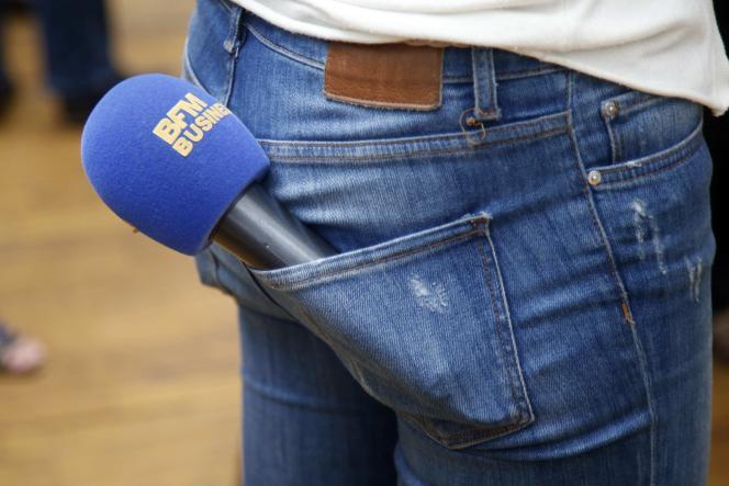 Une journaliste de la chaîne d'information française BFM-TV porte un micro dans sa poche, à Paris, France, le 27 juillet 2015.