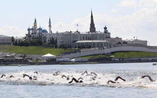 Les spécialistes de nage en eau libre passent devant le palais présidentiel du Tatarstan lors des Mondiaux de Kazan, en juillet2015.