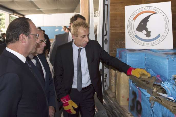 François Hollande et Bernard Cazeneuve devant la résine de cannabis saisie dans les Bouches-du-Rhône le 27 juillet 2015.