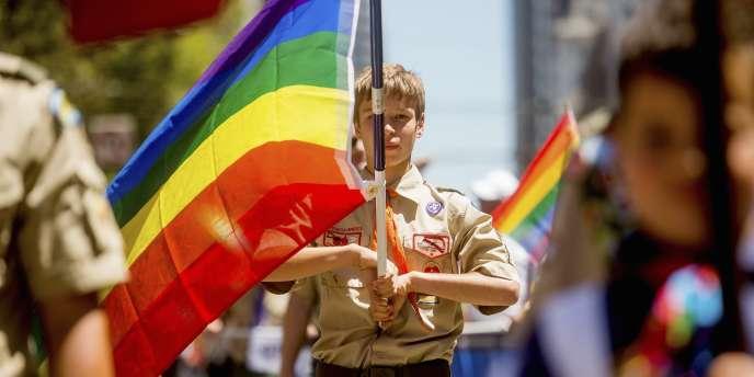 Un Boy Scout porte le drapeau homosexuel lors de la Gay Pride à San Francisco, le 29 juin.