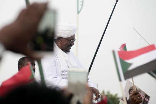 Le président soudanais Omar el Béchir arrivant à Khartoum, la capitale, en juin 2015. Il revient d'Afrique du Sud alors qu'il n'était pas autorisé à quitter le pays du fait du mandat d'arrêt international à son égard.