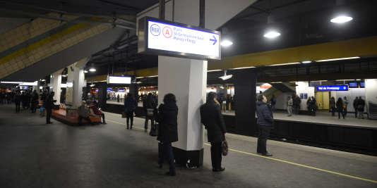 Des passagers attendent le RER A le 29 janvier 2015 à Fontenay-sous-Bois.