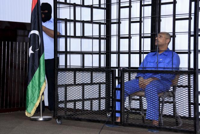 Saïf Al-Islam Kadhafi, lors de son audience dans un tribunal de Zentan, ville de Libye contrôlée par desopposants au gouvernement d'union nationale (GNA) installé à Tripoli, le 25 mai 2014.