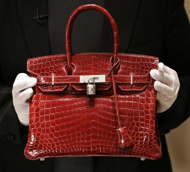 Le sac Birkin en cuir de crocodile est l'un des modèles phares de la marque Hermès.