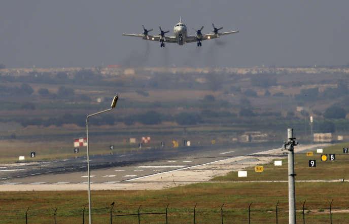 Un avion américain sur le point d'atterrir sur la base turque d'Incirlik, près d'Adana, le mardi 28 juillet.