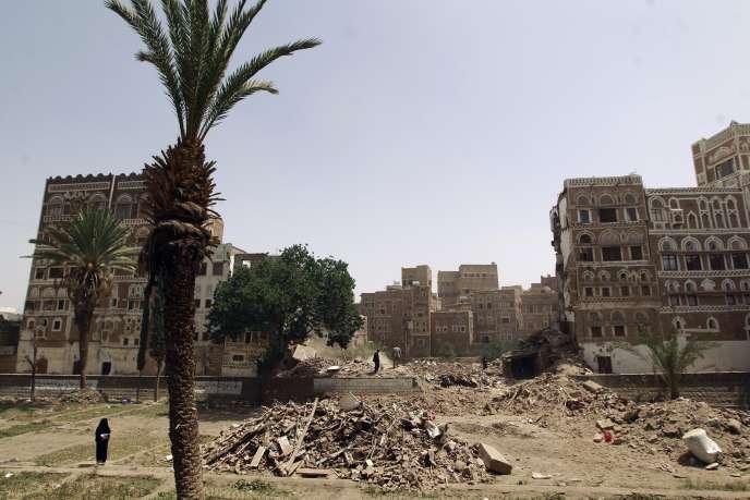 Des destructions dans le centre-ville de Sanaa, classé au patrimoine mondial de l'UNESCO, le 15 juin 2015.