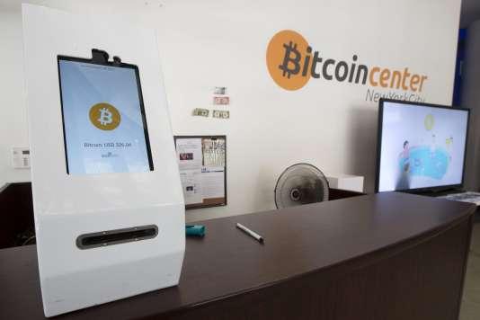 Un distributeur automatique de bitcoins, à New York en juillet 2015.