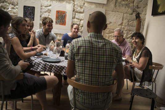 La famille Pépin accueille Ghiath (de dos), un jeune Syrien, dans leur appartement parisien.