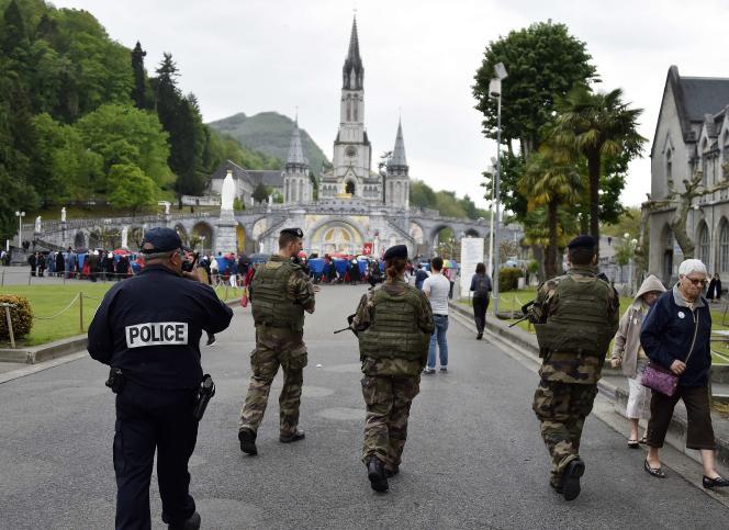 Des militaires avec des policiers patrouillent à Lourdes (Hautes-Pyrénées).