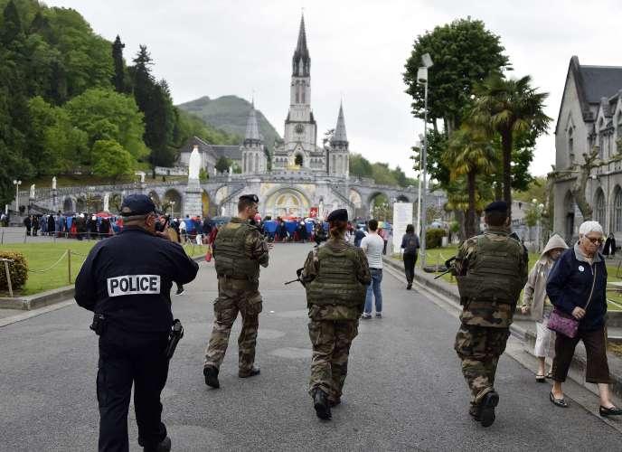 Des militaires patrouillent à Lourdes dans le cadre du plan Vigipirate le 3 mai 2015.
