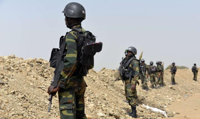 Soldats camerounais patrouillant près de Fotokol (extrême nord du pays), près de la frontière entre le Cameroun et le Nigeria, le 17 février 2015.