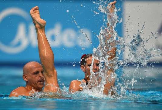 Le duo mixte français de natation synchronisée, Benoît Beaufils et Virginie Dedieu, lors des éliminatoires au Mondiaux de natation,  le 28 juillet, à Kazan (Russie).