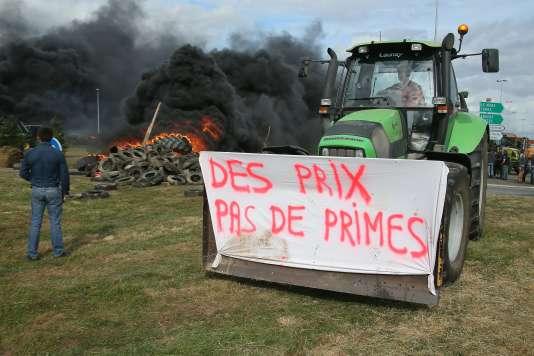 Des agriculteurs français protestant contre les pratiques de Lactalis, le 27 juillet 2015, à Laval.