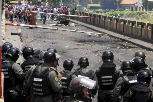 A San Antonio, à la frontière avec la Colombie, le 29 juillet, lors d'affrontements entre la Garde nationale du Venezuela et des manifestants après la mort d'un contrebandier.
