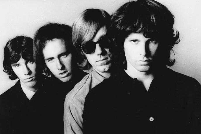 De gauche à droite : John Densmore, Robbie Krieger, Ray Manzarek et Jim Morrison (1970).