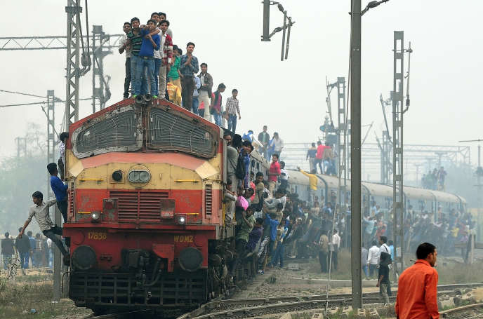 Un train qui part d'une station à la périphérie de New Delhi, le 25 février.