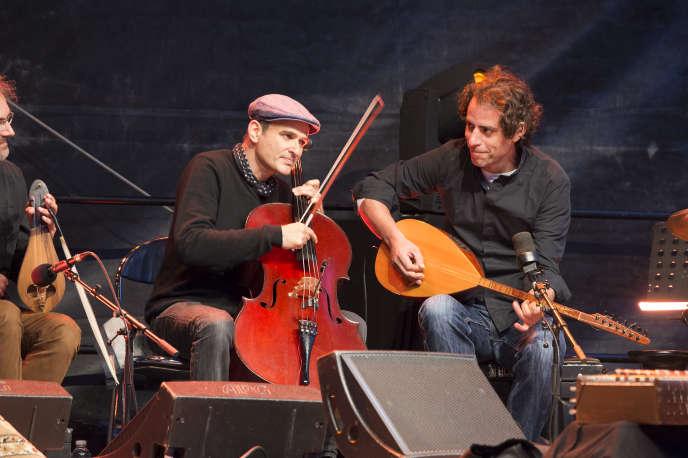 A gauche, Vincent Segal, lors du festival Jazz à Vannes, au château de Suscinio.