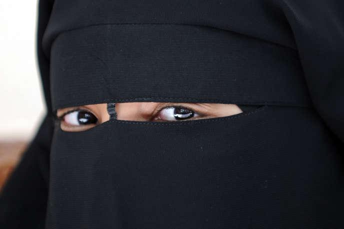 Femme portant le niqab. Lors de l'attentat dans la capitale tchadienne N'Djamena le 11 juillet 2015, un homme dissimulé sous un voile intégral avait fait exploser une charge explosive sur le marché central.