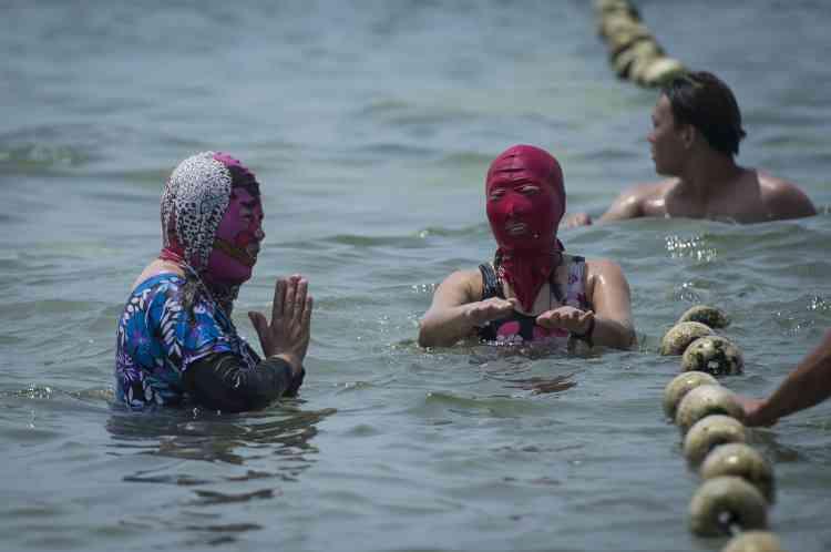 D'autres choisissent des motifs inspirés des masques de l'opéra de Pékin, un genre de spectacle traditionnel. Le costume est très majoritairement porté par des femmes.