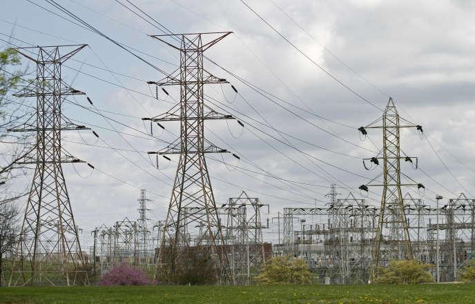 Des lignes haute-tension à proximité de l'usine d'aluminium Alcoa à Alcoa aux Etats-Unis en juin 2014.