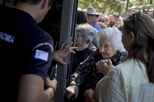 Ces demandes de carte émanent en particulier des retraités, qui avaient jusque-là l'habitude d'aller chercher leur retraite, en liquide, au guichet de leur banque