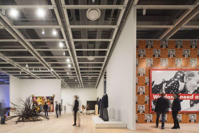 A l'exposition « America is Hard to See » au Whitney Museum de New York. De gauche à droite : la sculpture «Untitled » (1992), de David Hammons ; les silhouettes sans tête de Fred Wilson, « Guarded View » (1991). « We Don't Need Another Hero » (1987), de Barbara Kruger, accroché sur l'œuvre de Donald Moffett, « He Kills Me » (1987).