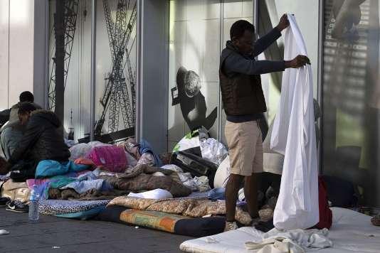 Des migrants évacués à la fin de juillet à la halle Pajol, à Paris.