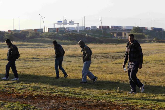 Des migrants aux abords du terminal d'Eurotunnel à Calais, dans le nord de la France, le 29 juillet 2015.