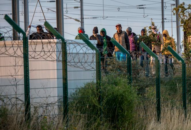 Des migrants sur les voies ferrées d'Eurotunnel le 28 juillet 2015 à Frethun.