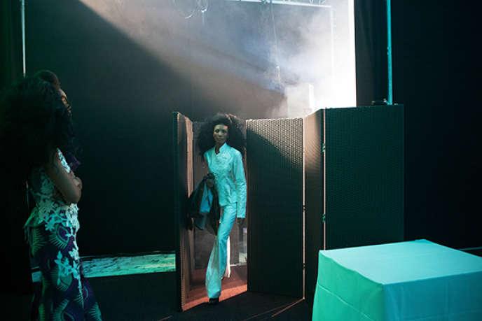 Un modèle sortant du défilé, pendant la Black Fashion Week, à Paris, en 2014