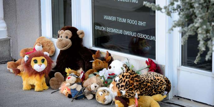 Les internautes s'en sont violemment pris à Walter Palmer, le dentiste américain qui a tué le lion Cecil. Devant son cabinet fermé pour la journée, des badauds ont déposé des peluches d'animaux en guise de protestation.