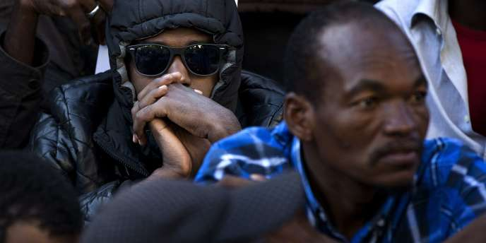 Des migrants lors de l'évacuation d'un camp à Paris, en juillet.