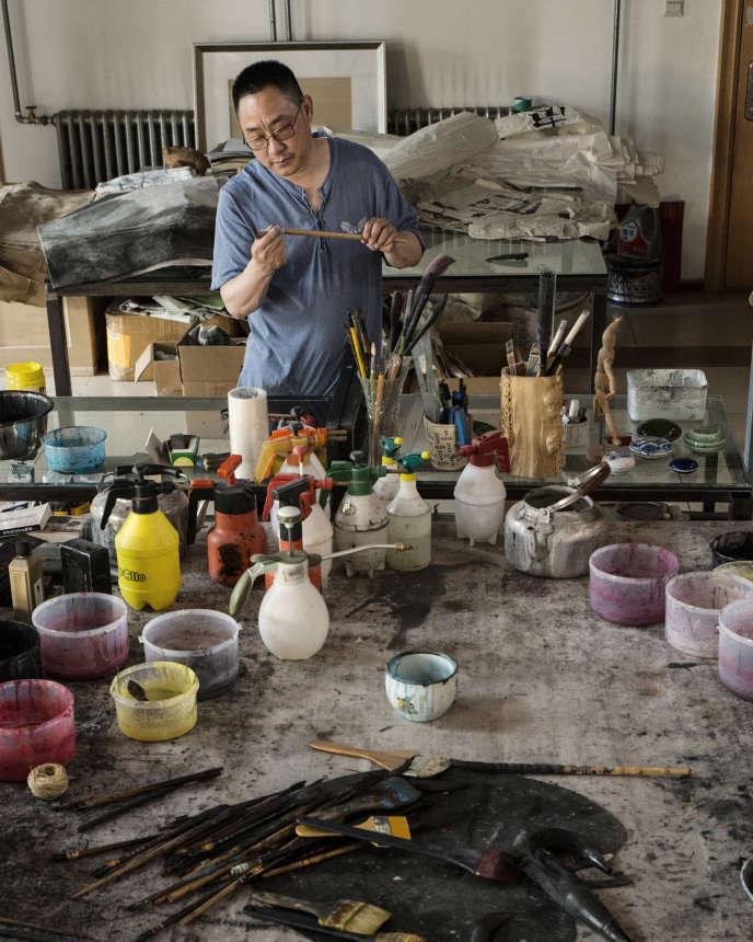 Le peintre Jiang Shanqing dans son studio à Pékin, le 5 juillet.