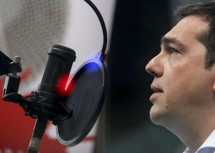 Le Premier Ministre, Alexis Tsipras, pendant son interview a la radio  Sto Kokkino, à Athènes, le 29 juillet 2015.